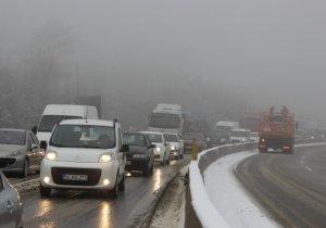 Bolu Dağı'nda kar yağışı ve sis etkili oldu