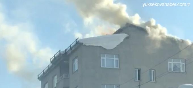Yüksekova'da bir binanın çatısında yangın çıktı