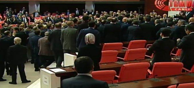 Meclis'te kavga çıktı, görüşmelere ara verildi