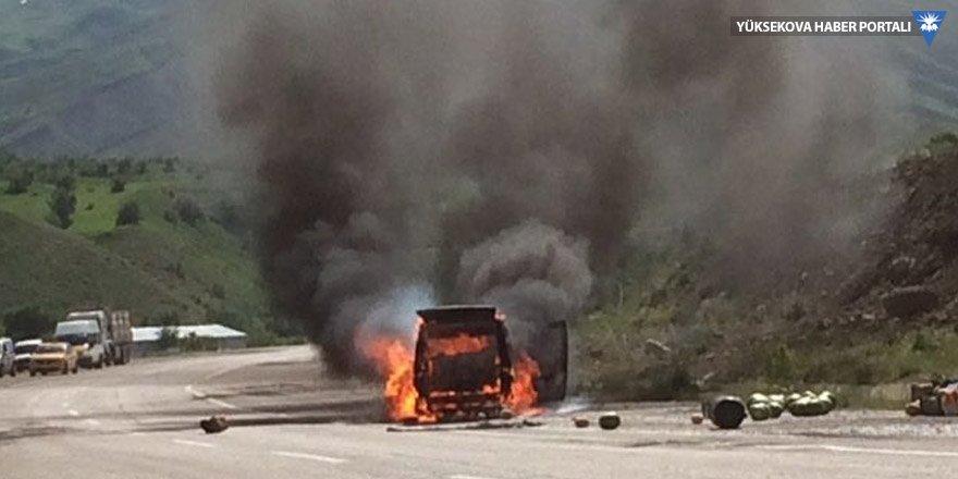 Yüksekova'da seyir halindeki araç alev aldı