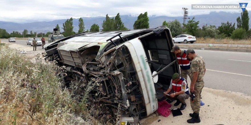 Erzincan'da işçi minibüsü devrildi: 19 yaralı