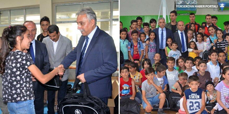 Yüksekova'da öğrencilere spor malzemesi dağıtıldı
