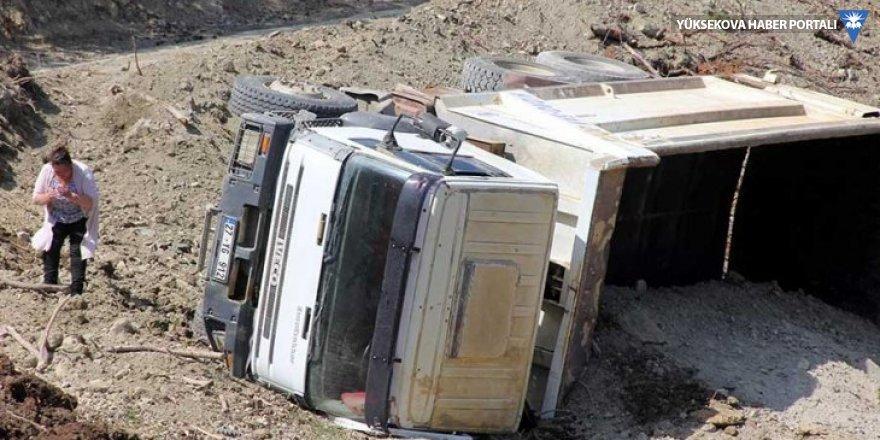 Hafriyat kamyonu devrildi, altında kalan sürücü öldü