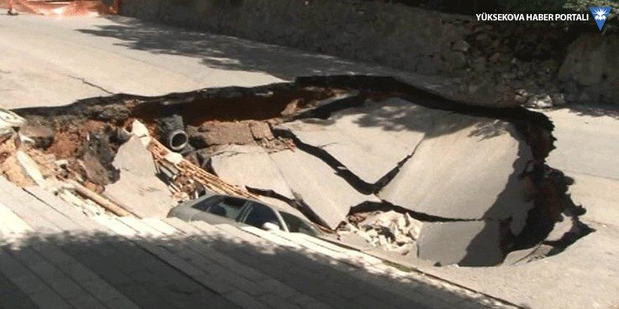Üsküdar'da çöken yol otomobili yuttu