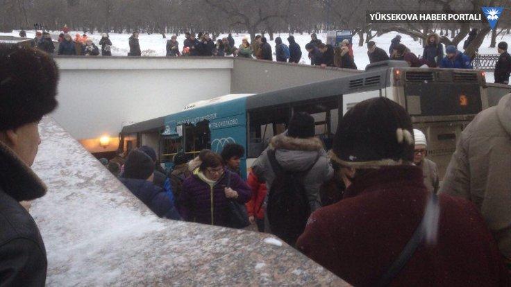 Moskova'da otobüs yaya geçidine girdi: 5 ölü, 15 yaralı