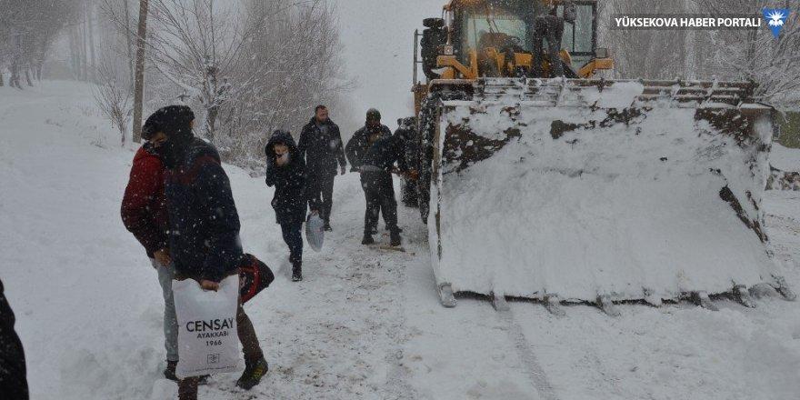 Yüksekova'da tipide mahsur kalan 12 öğrenci kurtarıldı