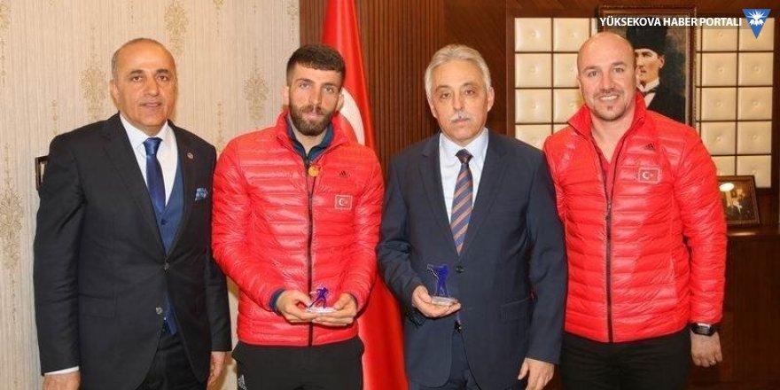 Vali Toprak, başarılı sporcuyu makamında kabul etti