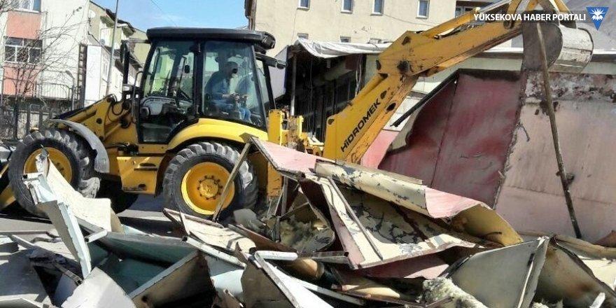 Hakkari'de yol kenarındaki barakalar kaldırıldı