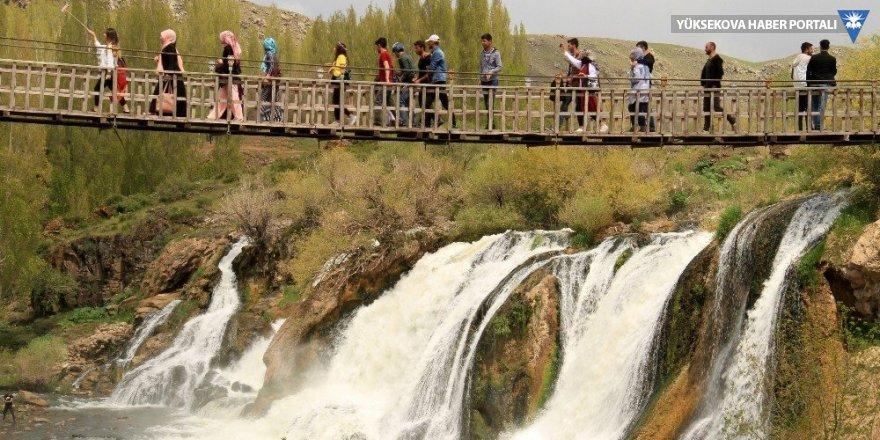 Muradiye Şelalesi'nde ilkbahar coşkusu