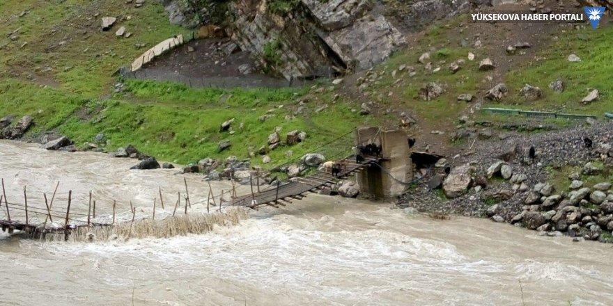 Zap Suyu taştı, çoban ve keçiler mahsur kaldı