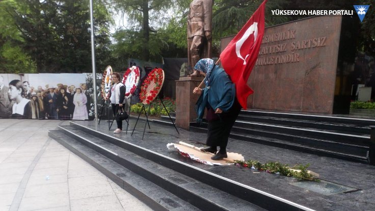 HDP ve CHP çelenklerine saldırdı