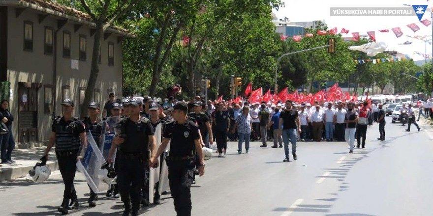 Ankara'ya yürüyen servisçiye gaz