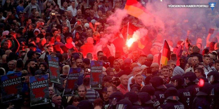 Almanya ayakta: Irkçılara karşı solcular da meydana indi