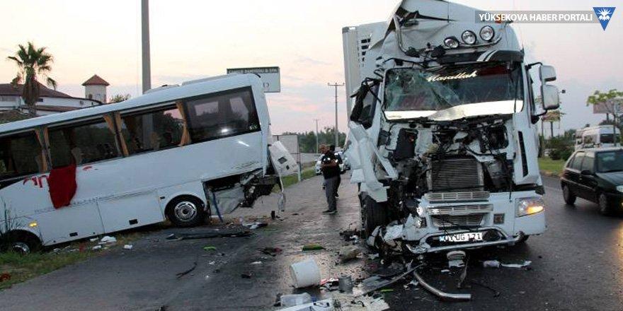 Tur midibüsüne TIR çarptı: 15 yaralı