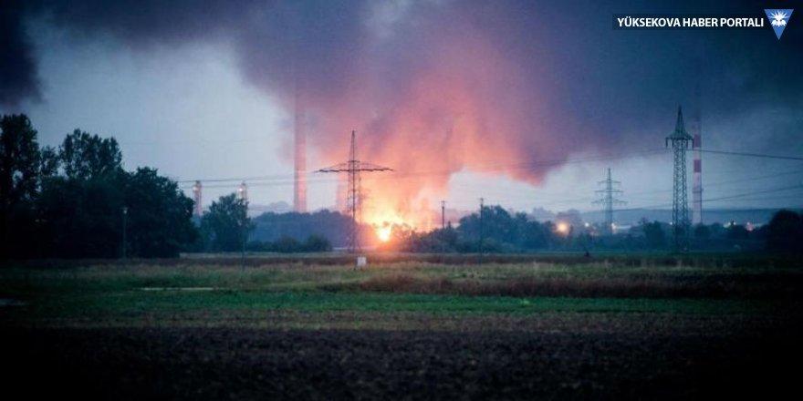Almanya'da rafineride patlama: Bin 800 kişi tahliye edildi