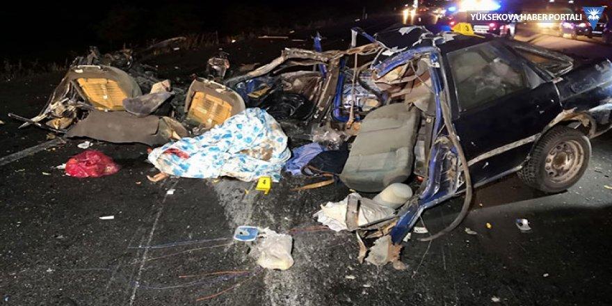 TIR ile otomobil çarpıştı: 2 ölü