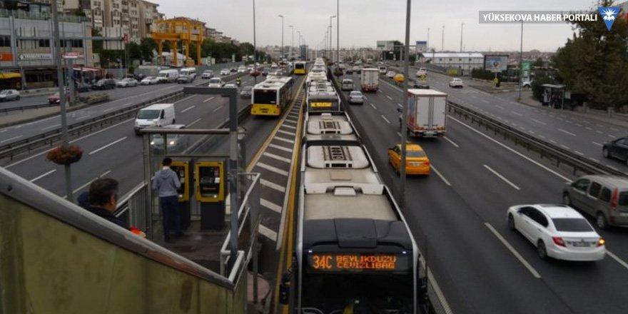 Metrobüs arızalandı, uzun araç kuyrukları oluştu