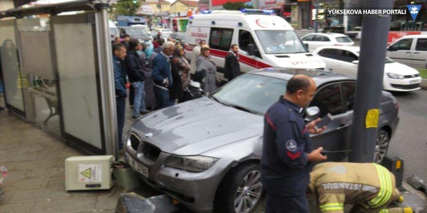 Üsküdar'da otomobil otobüs durağına daldı