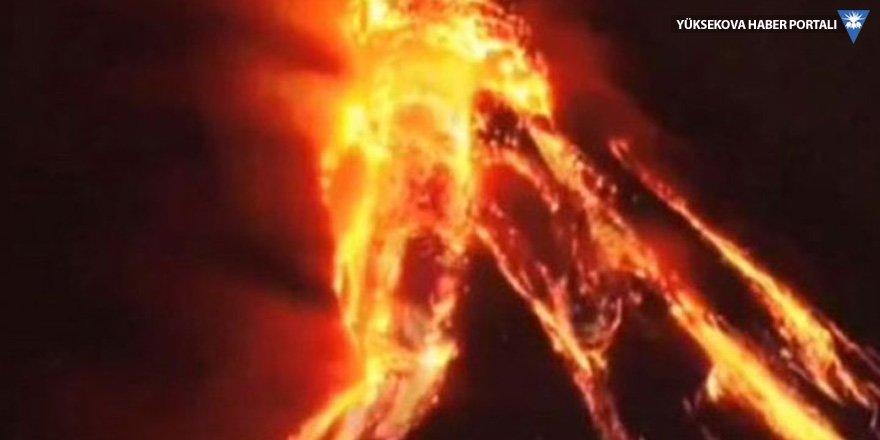 Endonezya'da depremin vurduğu kentte yanardağ patladı
