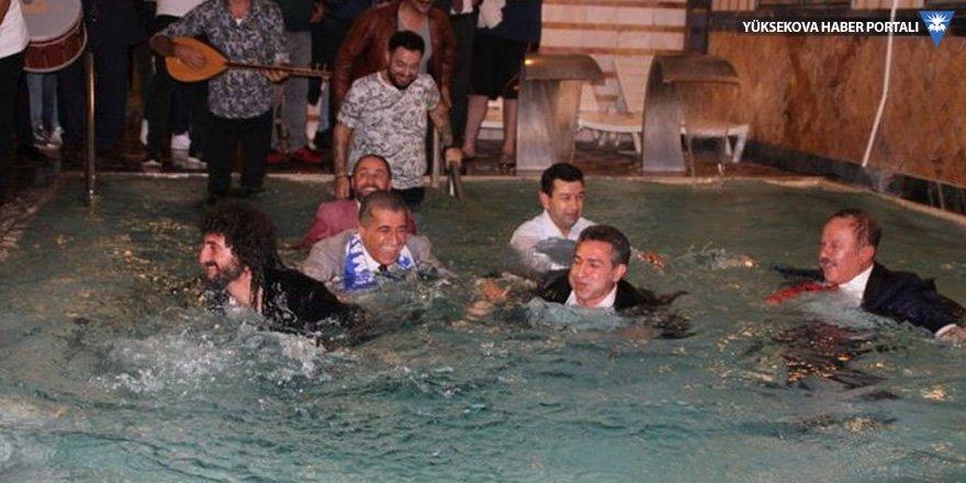 TRT Kürdi'ye çıkan başkan takım elbiseyle havuza girdi!