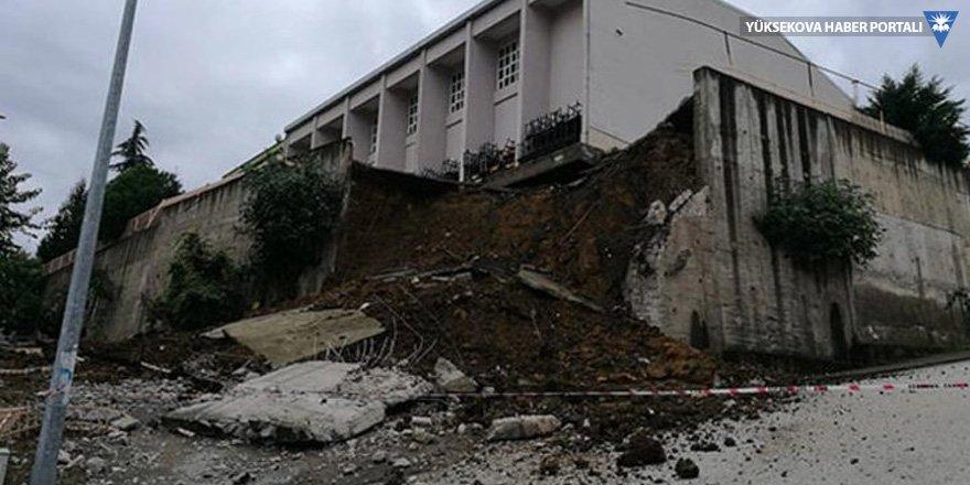 İstinat duvarı çöktü! Öğrenciler tahliye edildi