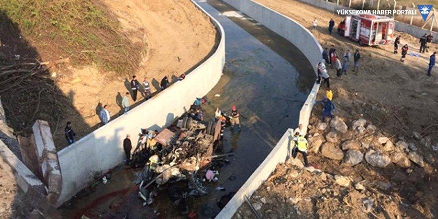 Göçmenleri taşıyan kamyon devrildi: 22 ölü