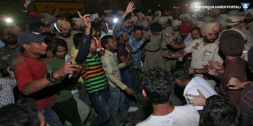 Hindistan'da tren kazası: En az 50 ölü