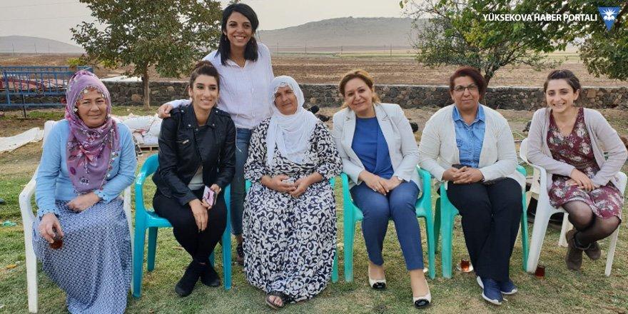 HDP'den açığa alınan muhtar Nebahat Durmaz'a dayanışma ziyareti
