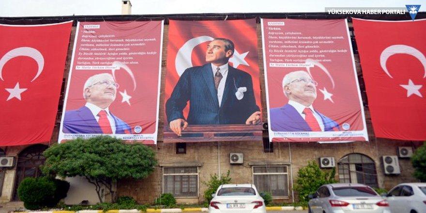 MHP'li başkan belediyeye 'Andımız'ı astı