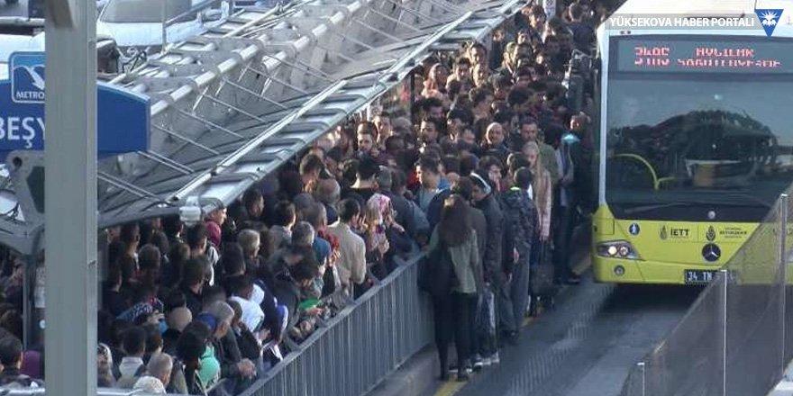 Metrobüs arıza yaptı, duraklar dolup taştı