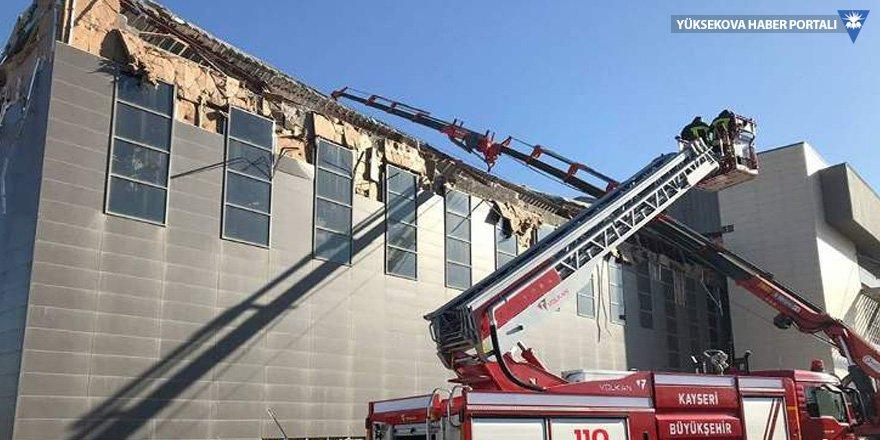Kayseri'de kongre binasının çatısı çöktü