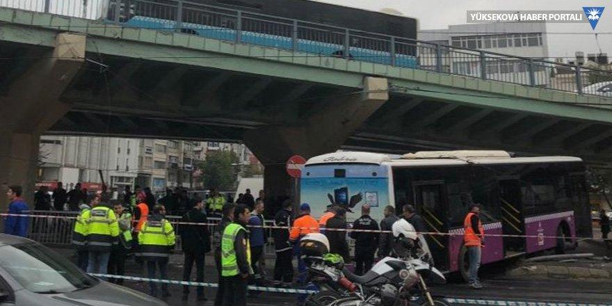 Aksaray'da halk otobüsü kaza yaptı, tramvay telleri koptu