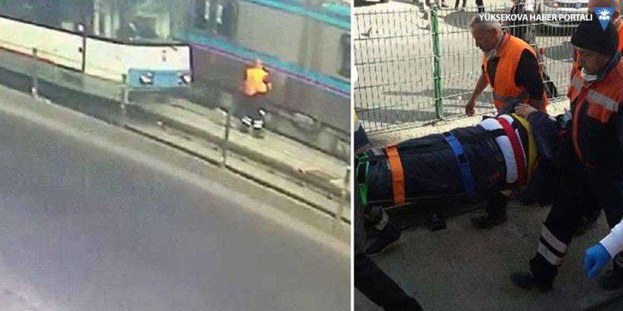 Rayda temizlik yapan işçiye iki tramvay birden çarptı