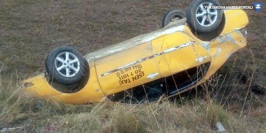 Yüksekova'da ticari taksi takla attı: 1 yaralı