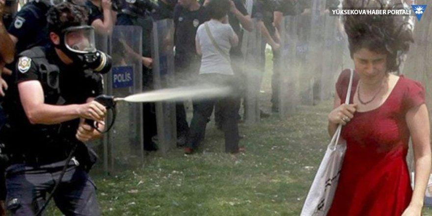 'Kırmızılı kadına' gaz sıktıran müdür yardımcısı aranıyor