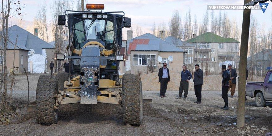 Yüksekova'da çamurlu yollara 'kumlu çözüm' çalışması sürüyor
