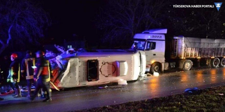 İşçileri taşıyan minibüs ile TIR çarpıştı: 4 ölü, 16 yaralı