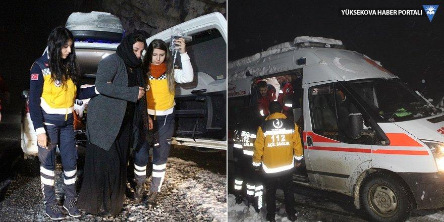 Hakkari'de yolu kapalı köydeki hamile kadına, paletli ambulans ile ulaşıldı