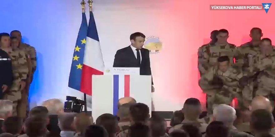 Macron'un yanındaki Fransız asker canlı yayında bayıldı