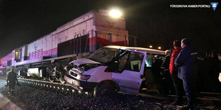 Denizli'de yük treni minibüse çarptı