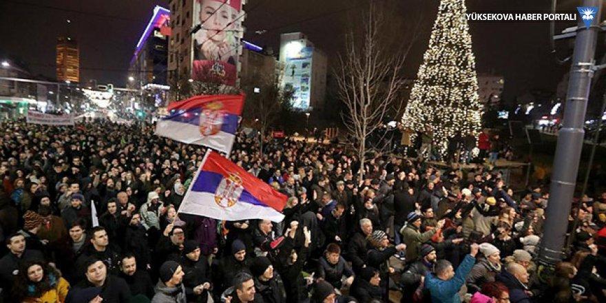 Belgrad'da binlerce kişi protestoların 4. haftasında sokaktaydı
