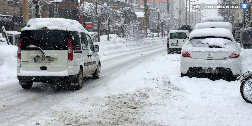 Yüksekova'da yoğun kar yağışı: Okullar tatil edildi