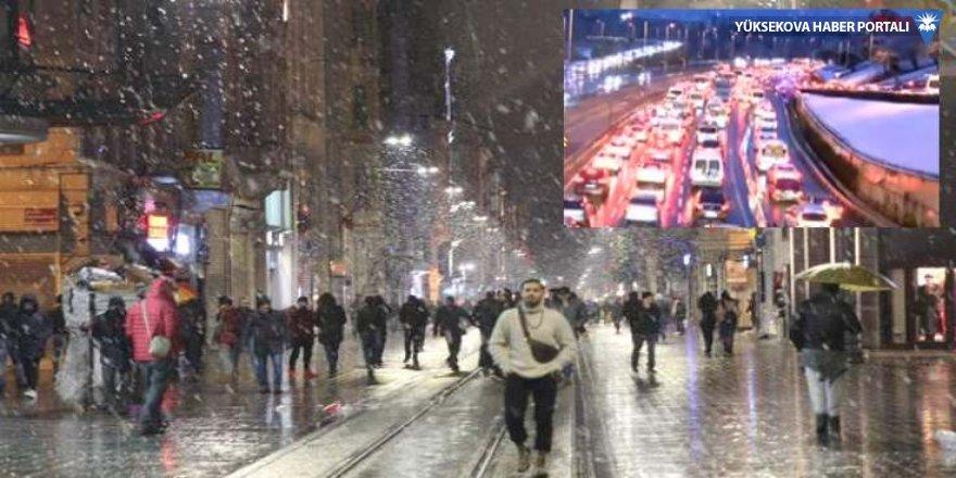 İstanbul'da kar başladı, trafik durdu