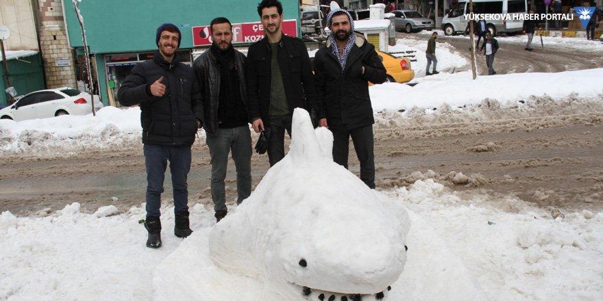 Şemdinli'de kardan köpek balığı yaptılar