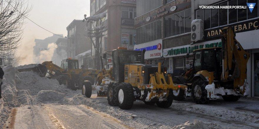 Yüksekova'da kar temizleme çalışması sürüyor