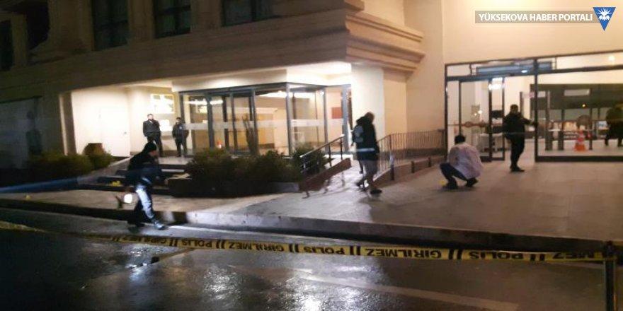 AVM önünde bekleyen kadına silahlı saldırı