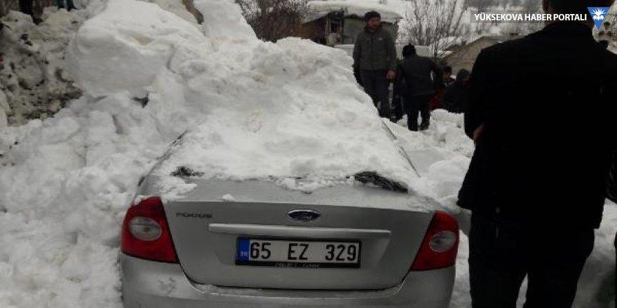 Hakkari'de çatıdan düşen kar, otomobili hurdaya çevirdi