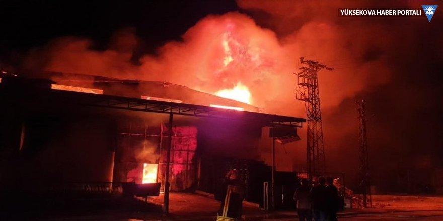 Plastik fabrikası yandı