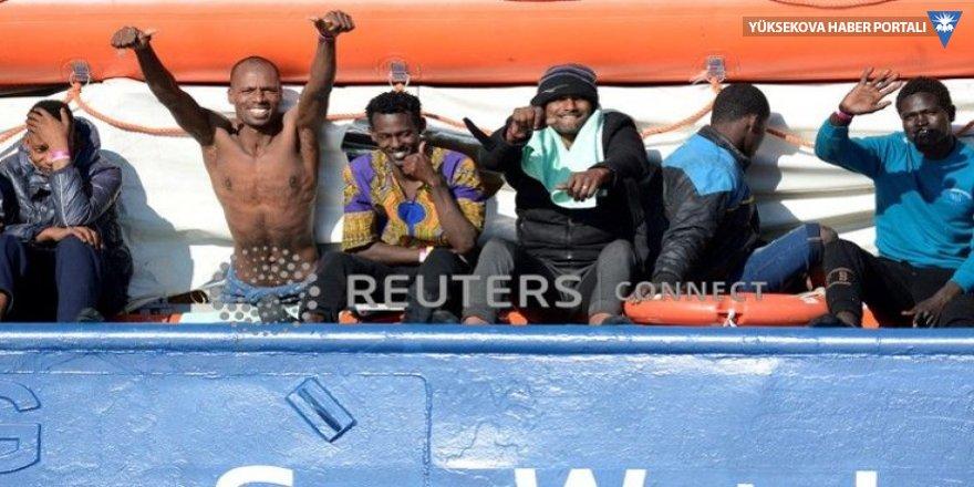 İtalya, 12 gündür denizde bekletilen 47 göçmenin karaya çıkmasına izin verdi