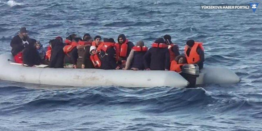 Kuşadası'nda botları sürüklenen 52 kaçak göçmen kurtarıldı